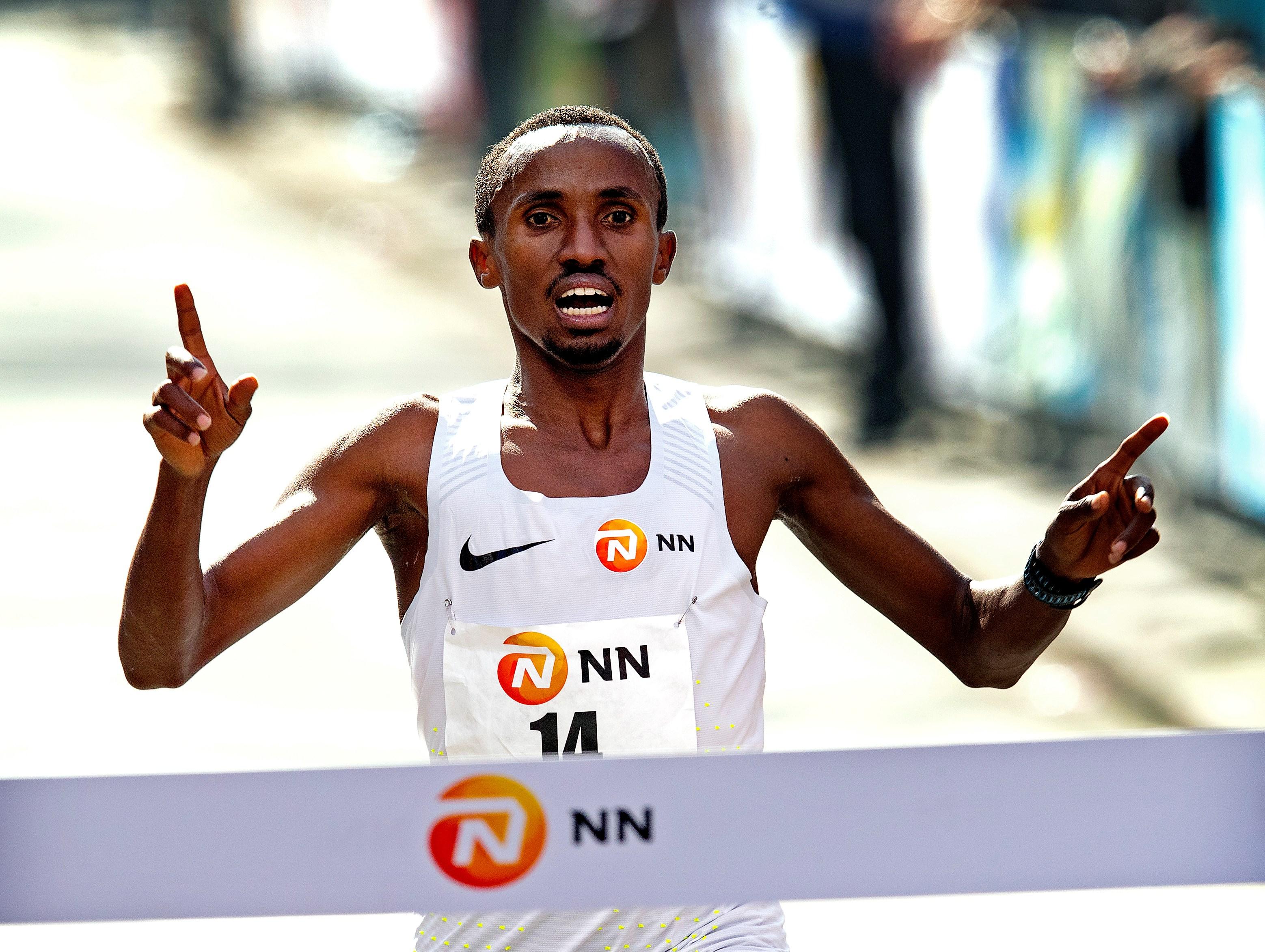 Nederlands recordhouder Abdi Nageeye aan de start van 39e NN Marathon Rotterdam